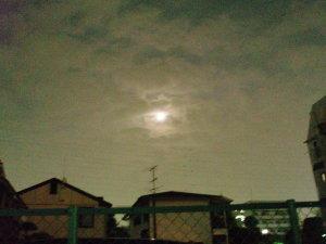 夜空の雲間にみえた月