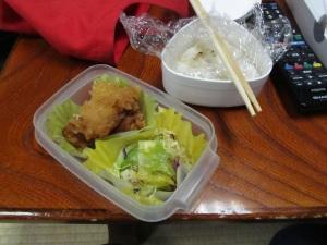 楽屋にて、妻の手になる弁当をとりながら昼食を。