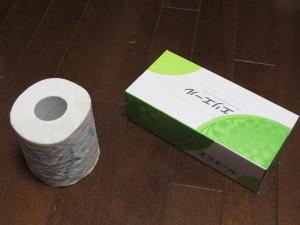 トイレットペーパーとティッシュペーパー。念のためですが買いだめしたものではありません。